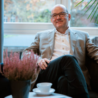 Inhaber Jürgen Sallier im Sessel im Büro