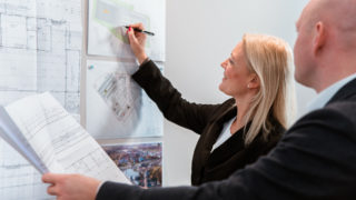 Frau Tausendfreund zeichnet in Gewerbeobjekt von Sallier Bauträger
