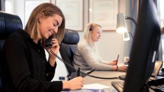 Sallier Immobilien Empfang zwei Frau telefonieren freundlich mit Interessenten